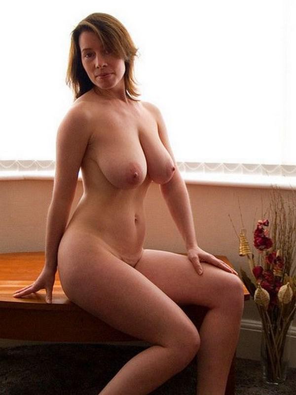 Plan q avec une marseillaise aux énormes seins laiteux